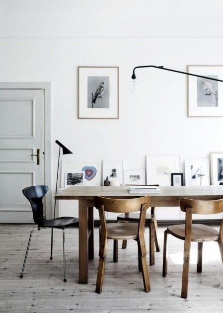 Học tập phong cách thiết kế nội thất Bắc Âu với một chiếc ghế lệch tôn, tạo nên cảm giác hiện đại và ấn tượng cho khu vực bàn ăn