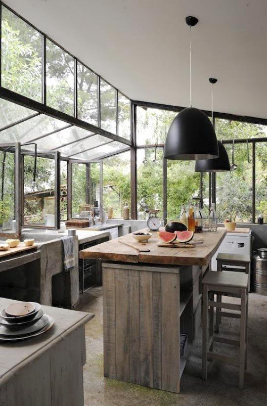 Còn gì thú vị bằng việc được hòa mình với thiên nhiên trong khi nấu những món ăn ngon tại căn bếp rộng rãi này?