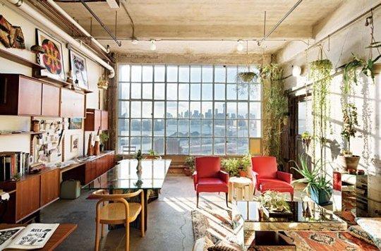 Căn hộ nhỏ tại New York như bừng sáng dưới ánh nắng lấp lánh rọi chiếu qua khung cửa sổ