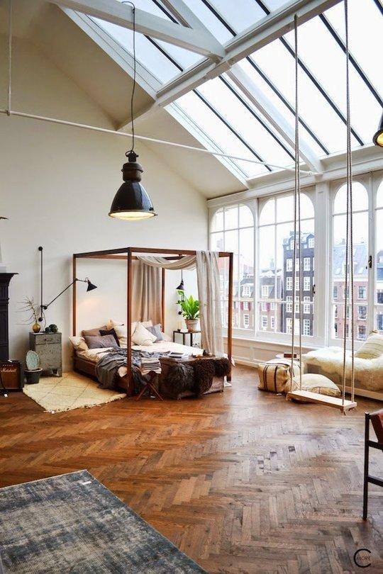 Căn hộ gác mái được bao bọc bởi hàng loạt những khung cửa sổ lớn, giúp gia chủ cảm nhận được trọn vẹn vẻ đẹp của khung cảnh bên ngoài