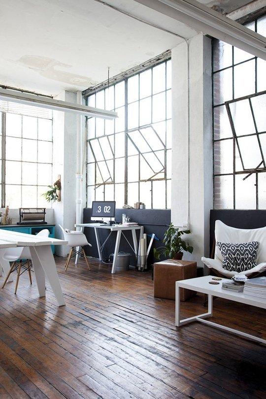 Những khung cửa kính màu đen kết hợp hoàn hảo với phong cách nội thất công nghiệp, tạo nên cho căn phòng một vẻ đẹp hiện đại và cuốn hút