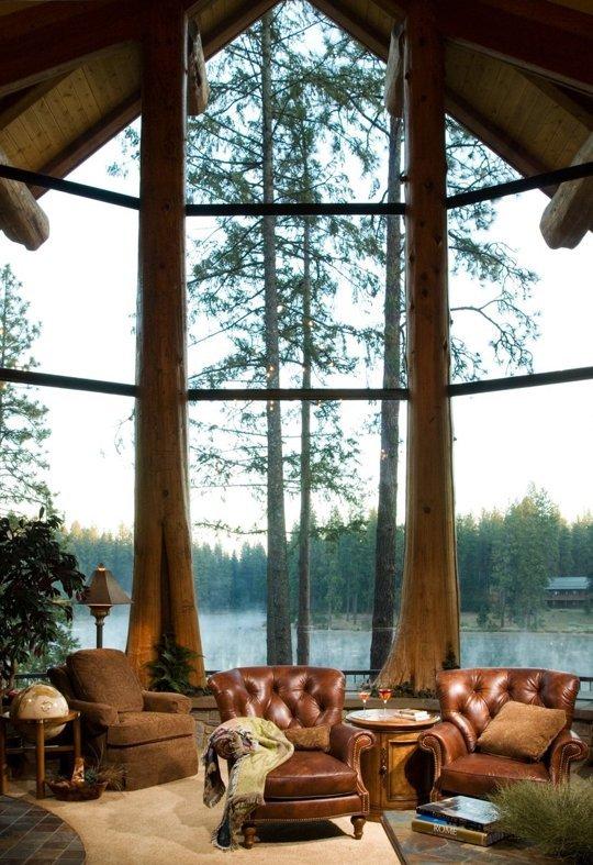 Thiên nhiên hiện lên rõ nét đằng sau lớp cửa kính của căn nhà có lối kiến trúc độc đáo này