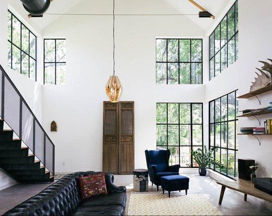 Thiên nhiên hiện lên rõ nét đằng sau lớp cửa kính của căn nhà có lối kiến trúc hiện đại này