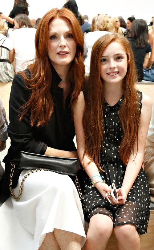 Liv Freundlich, 13 tuổi là bản sao hoàn hảo của nữ diễn viên Julianne Moore. Cô bé thừa hưởng mái tóc đỏ rực, đôi mắt sâu hút hồn cùng chiếc mũi cao, thanh tú của mẹ.