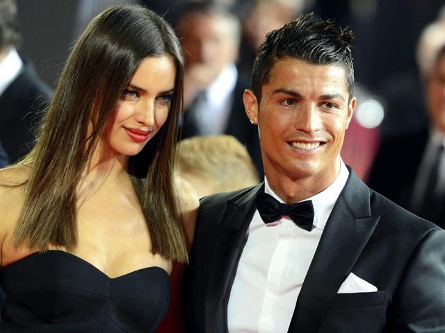 Chuyện tình cảm của cặp trai tài gái sắc khiến công chúng rất bất ngờ. Bradley Cooper mới chia tay bạn gái là siêu mẫu Suki Waterhouse hồi tháng 3. Irina Shayk kết thúc mối quan hệ kéo dài 5 năm với chàng cầu thủ nổi tiếng Cristiano Ronaldo vào tháng 1.