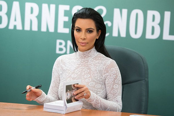 Người đẹp dành thời gian ký tặng người hâm mộ. Bà xã của rapper Kanye West luôn biết tận dụng hình ảnh nóng bỏng nổi tiếng của mình để hái ra tiền. Không chỉ là ngôi sao truyền hình thực tế, cô còn kinh doanh thời trang, nước hoa, hợp tác làm game video và giờ là viết sách.