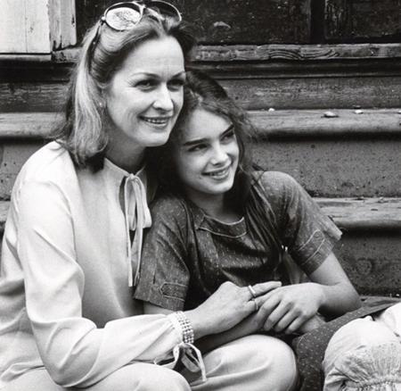 Một trong những mỹ nhân của Hollywood - Brooke Shields may mắn thừa hưởng gen tốt từ mẹ. Ngay khi còn là một nữ sinh trung học, Brooke đã rất xinh xắn và cuốn hút.