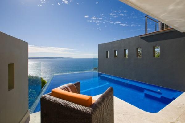 Bể bơi có dáng vẻ đặc biệt được xây dựng trên một vách đá dốc đứng. Tuy nhiên, view hướng ra biển tuyệt đẹp và làn nước trong xanh của nó đủ khiến người ta cảm thấy quên mọi sợ hãi và hào hứng đi bơi.