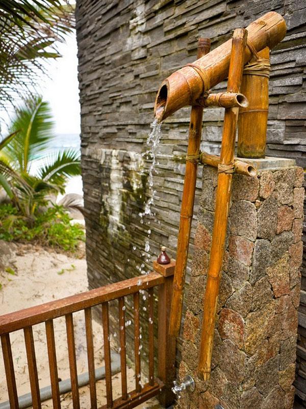 """Tận dụng những ống tre, nứa,… để tạo thành một """"vòi hoa sen"""" tự nhiên là ý tưởng rất thích hợp đối với phòng tắm ngoài trời."""