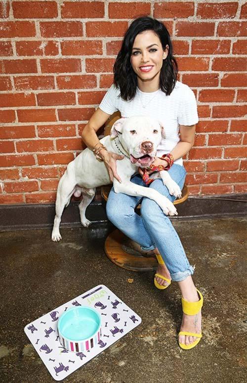 Vợ tài tử Channing Tatum - Jenna Dewan Tatum - trẻ trung với sandal màu vàng tươi, mặc cùng áo phông, quần jeans.