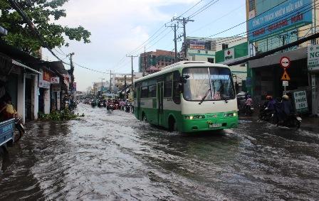 Mưa lớn cũng đã gây ngập nặng tuyến đường Lê Văn Việt.
