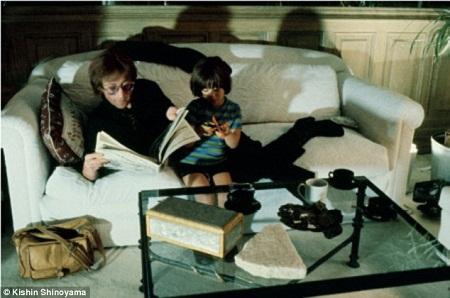 John ngồi bên cậu con trai Sean Lennon.