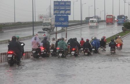 Trên XLHN (đoạn đầu cầu Rạch chiếc), hàng trăm phương tiện vất vả lội sông...