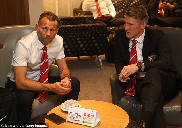 Bastian Schweinsteiger và trợ lý HLV Ryan Giggs trò chuyện ở sân bay