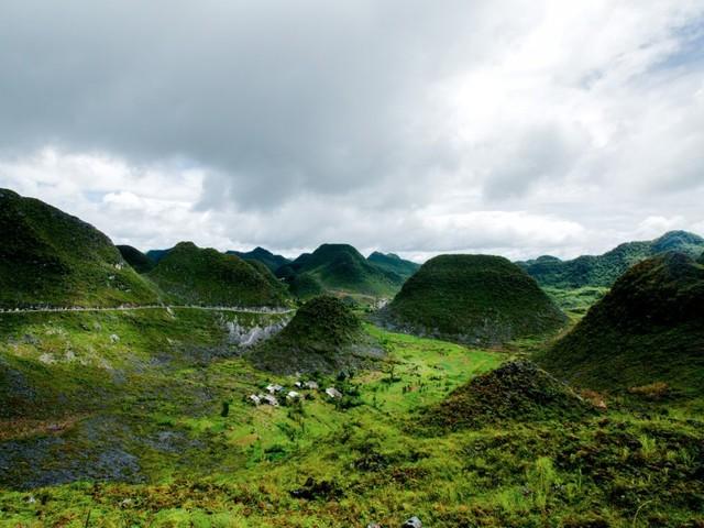 Chuyến đi của Réhahn thực hiện vào đúng mùa mưa nên việc di chuyển sang các bản làng bằng xe máy gặp nhiều khó khăn. Đây là hình ảnh được chụp tại Đồng Văn, Hà Giang.
