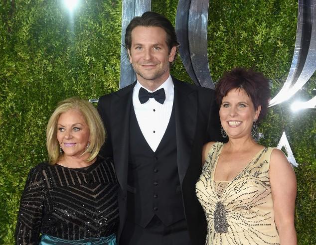 Bradley Cooper tới dự lễ trao giải Tony Awards 2015 cùng mẹ và chị gái (ảnh: Getty)