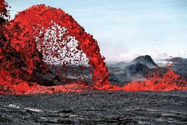 Mặc dù có thời điểm bị gián đoạn, nhưng núi lửa này đã phun ra những dòng dung nham màu cam nóng chảy. Ảnh: britannica.
