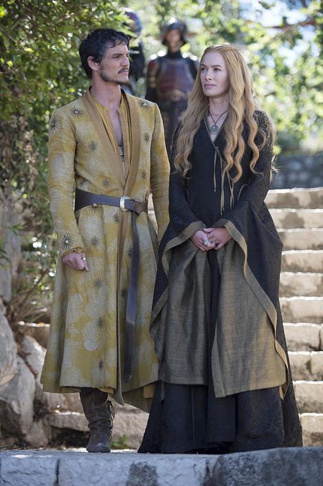 Hoàng tử Oberyn Martell diện áo khoác choàng ấn tượng theo phong cách hoàng gia và người đẹp Cersei Lannister mặc chiếc váy tông màu đen - đồng.