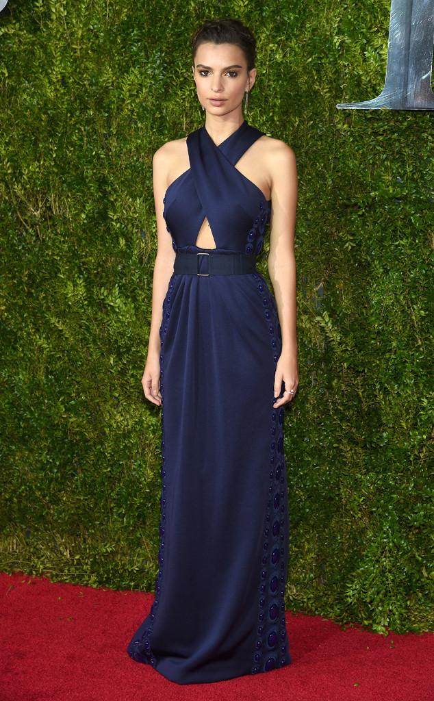 Người đẹp phim Gone Girl - Emily Ratajkowski - diện váy màu navy thanh lịch.