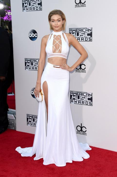 Siêu mẫu Gigi Hadid cũng gợi cảm trong trang phục váy xẻ tà.