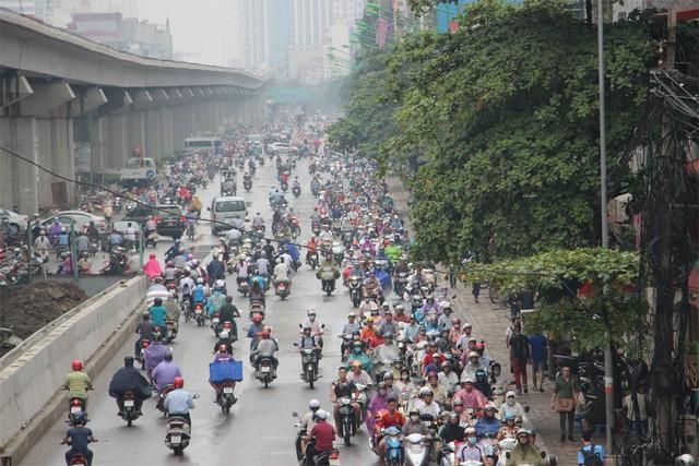 Hàng trăm xe máy đi sang làn đường ngược chiều trên đường Nguyễn Trãi để thoát thân.