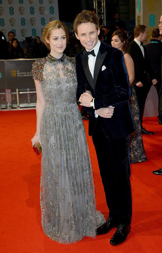 Đến dự Lễ trao giải với chồng - tài tử trẻ Eddie Redmayne, cô nàng Hannah Bagshawe gây ấn tượng bởi chiếc váy dài mềm mại của Valentino, với những hình hoa văn làm nổi bật nét nữ tính.