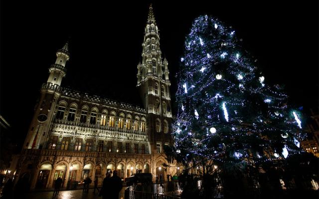 Grand Place là nơi du khách có thể ngắm nhìn cây Giáng sinh quan trọng nhất ở Brussels, Bỉ.