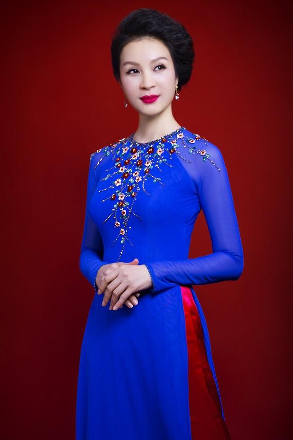 Những họa tiết bông hoa điểm xuyết trên thân áo càng khiến cho nhan sắc của Thanh Mai thêm rạng rỡ.