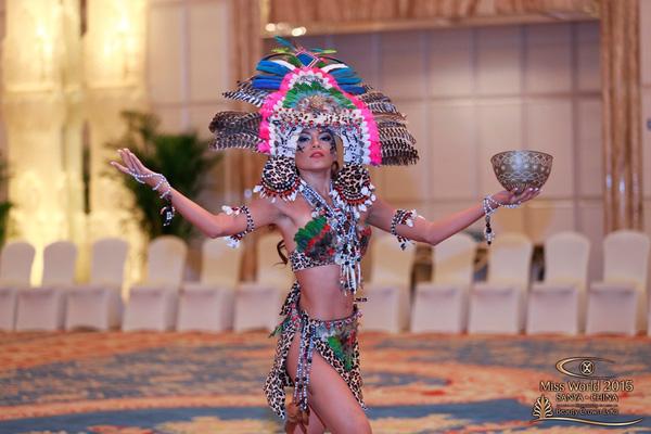 Người đẹp xứ Peru hóa thân thành nữ thần với trang phục lông vũ gợi cảm