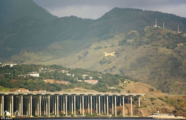 Để được cất và hạ cánh tại sân bay Funchal trên đảo Madeira đòi hỏi phi công phải qua lớp huấn luyện đào tạo bổ sung mới được phép bay. Sân bay có đường băng chạy song song với núi và chịu sức gió mạnh khó lường.