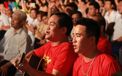 Giám đốc Trung tâm huấn luyện thể thao Quốc gia Nguyễn Mạnh Hùng (trái) tự tay đệm đàn và hát tại buổi lễ.