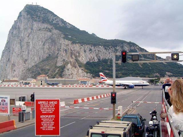 Một số du khách tranh thủ quay lại hình ảnh máy bay hạ cánh trên đường quốc lộ