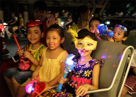 Trẻ em thích thú vui trung thu trên những chiếc xe điện