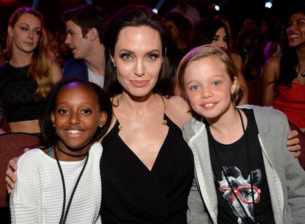 Hai cô em gái của Maddox là Zahara và Shiloh cũng luôn gây sự chú ý với các paparazzi. Hai cô bé đã xuất hiện cùng Angelina Jolie ở Kids Choice Awards vừa qua.