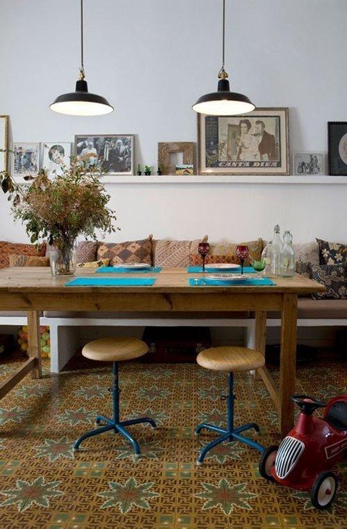 Sử dụng ghế dài với những chiếc gối tựa mềm mại để làm mới phòng ăn