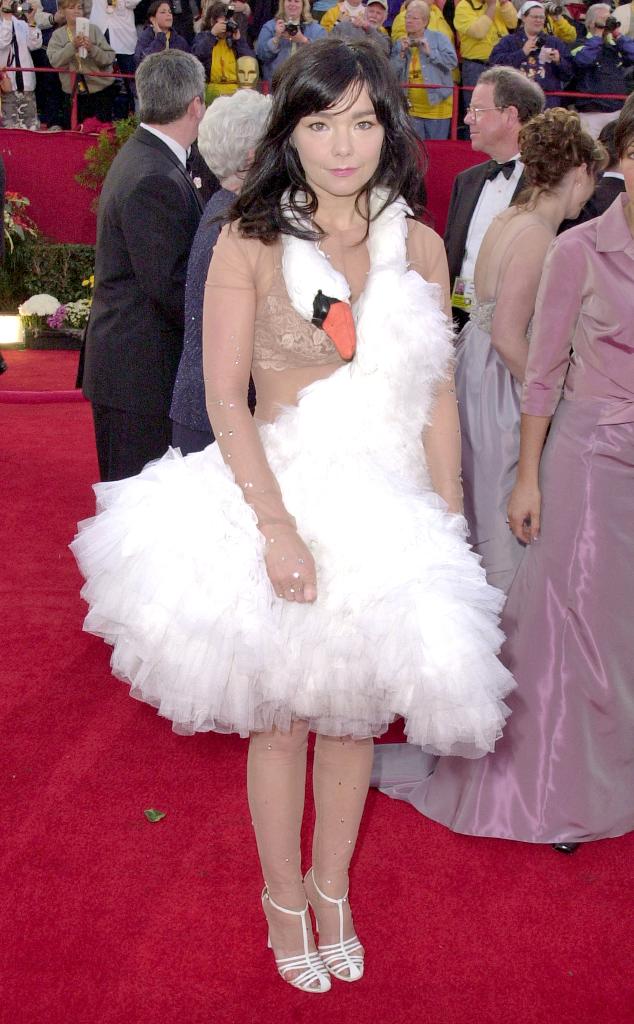 Nữ ca sĩ người Iceland - Björk - khiến mọi người ngỡ ngàng khi mang cả thiên nga lên thảm đỏ trong lễ trao giải Oscar năm 2001