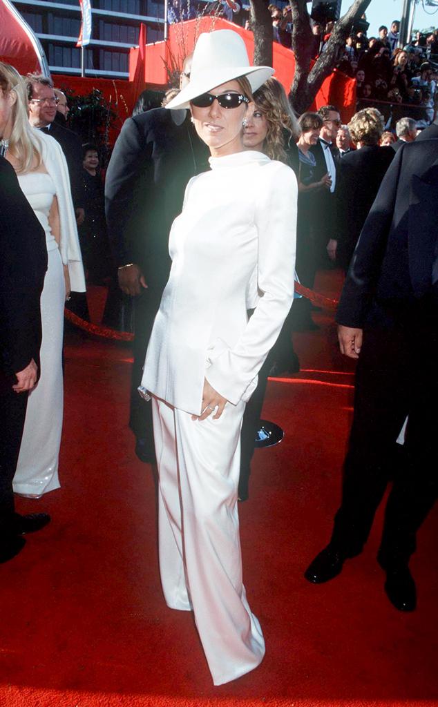 Trong một lần thử nghiệm phong cách menswear, diva Celine Dion đã mắc sai lầm nghiêm trọng khi chọn bộ cánh trắng muốt từ đầu đến chân này.