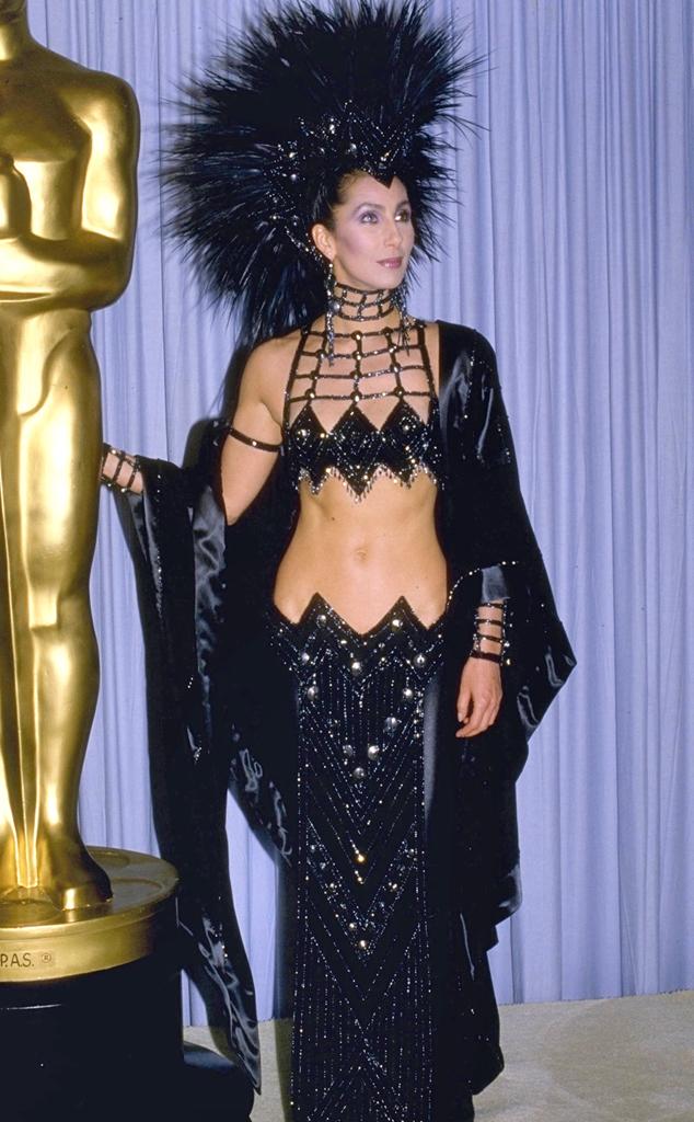 Ca sĩ Cher lại một lần nữa xuất hiện trong danh sách mặc xấu tại Oscar với bộ trang phục lấy cảm hứng từ quạ đen này