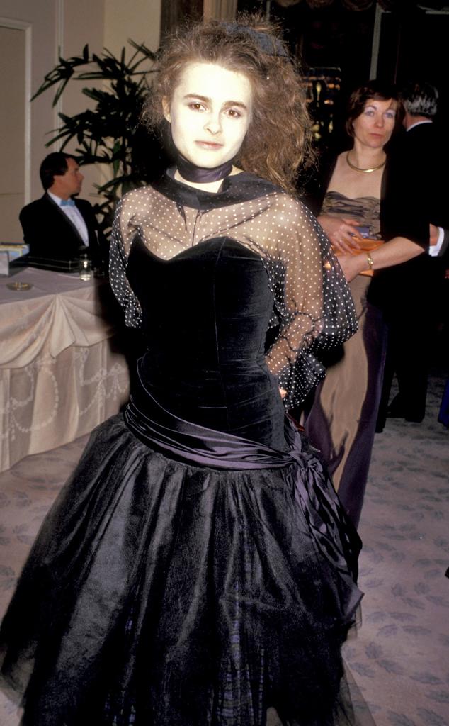 Nếu không xem chú thích, chắc hẳn nhiều người sẽ nhầm lẫn nữ diễn viên Helena Bonham Carter là thây ma đội mồ sống dậy với khuông mặt trắng xóa và bộ váy đen thô kệch