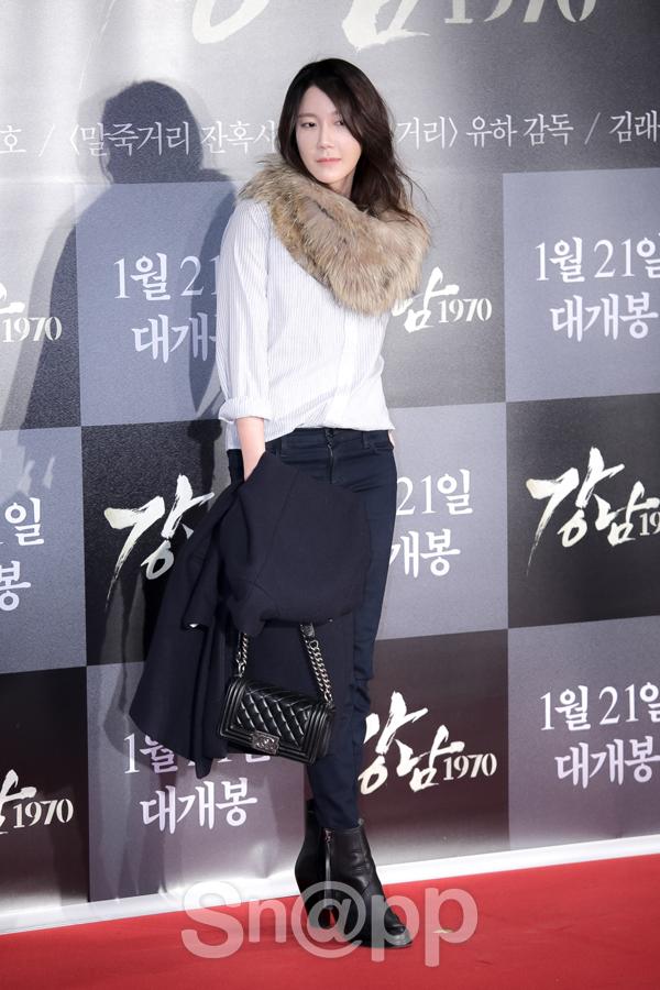 Đây là lần hiếm hoi Lee Ji Ah xuất hiện trước công chúng từ sau scandal với Seo Tai Ji