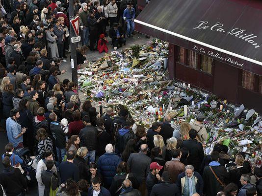 Người dân Paris đặt hoa tưởng niệm tại một trong các địa điểm đánh bom ngày 13/11