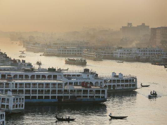 Các con tàu neo đậu bên bờ sông Buriganga, thủ đô Dhaka