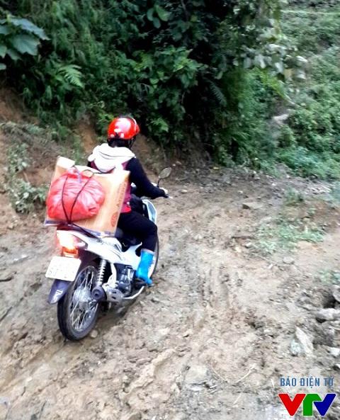 Cuối tuần, cô giáo Ngọc thường phải vượt hơn 20km đường núi, xuống thị trấn mua thực phẩm dự trữ cho tuần tiếp theo