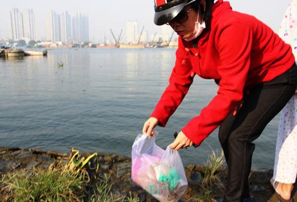 Cũng có người đã có ý thức thu dọn túi sau khi thả cá xong (ảnh: Người Lao Động)