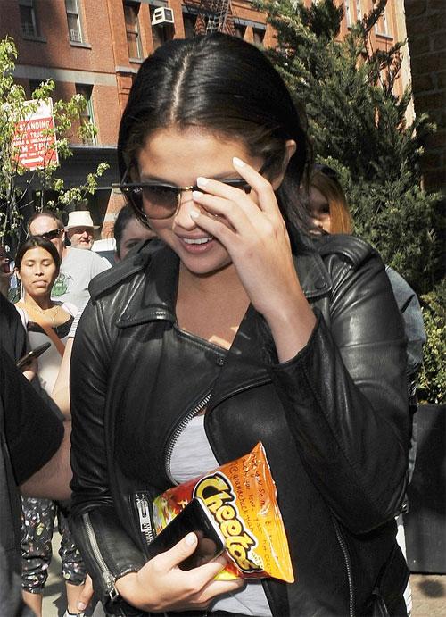 Theo nguồn tin trên Hollywood Life, vấn đề tăng cân của Selena có liên quan đến loại thuốc mà cô ấy uống để điều trị căn bệnh Lupus ban đỏ chứ không phải do lười vận động hay ăn vặt.