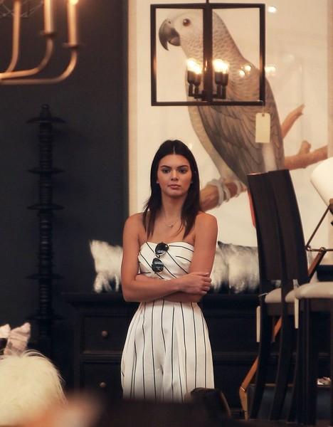 Siêu mẫu 19 tuổi Kendall Jenner diện trang phục kẻ sọc lạ mắt.