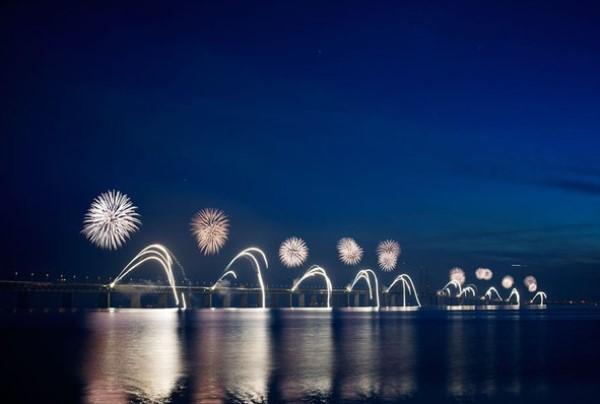Cây cầu rực rỡ trong đêm pháo hoa