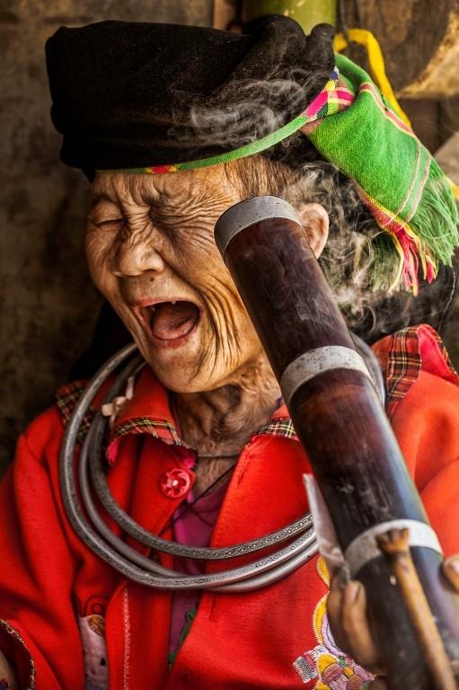Cụ già Hmong hút thuốc