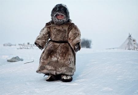 Cậu bé sống trên lãnh nguyên Yamal ở Siberia đang chạy chơi trong thời tiết giá lạnh -40