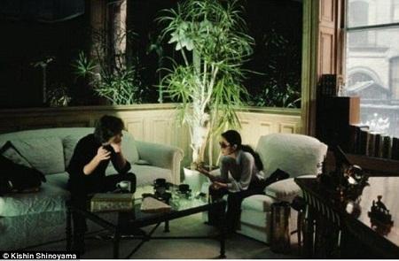 Cặp đôi ngồi trò chuyện trong phòng khách.